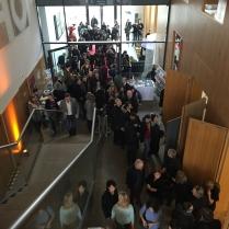 Der Saal wird immer voller. Mit Schauspielern und Medienmachern.