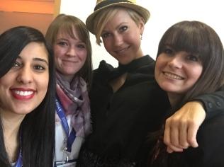 Nach dem Interview konnten die Netzreporterinnen Aylin, Ann-Kathrin und Barbara (von links nach rechts) noch ein Selfie mit Schauspielerin Wolke Hegenbarth (2. von rechts) ergattern. Sehr sympathisch die Dame!