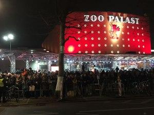 Die Menschenmenge vor dem Zoo Palast wartet seit Stunden