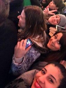 Aylin, Barbara und Ann-Kathrin in der Menge