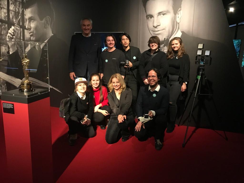 Das hFMA Netzreporter-Team mit Prof. Rüdiger Pichler (links außen) und Iva Schell (mitte)  vor dem Oscar (Bester Hauptdarsteller) in der Maximilian Schell-Ausstellung  im Deutschen Filmmuseum Frankfurt am Main